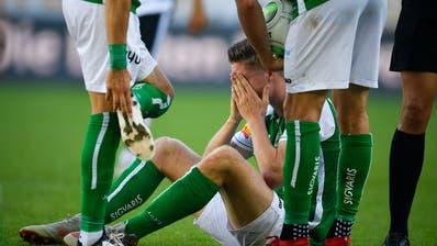 Am Boden: Cedric Itten – der Espe fällt nach Fabio Daprelàs Foul mindestens ein halbes Jahr aus. (Bild: Keystone)