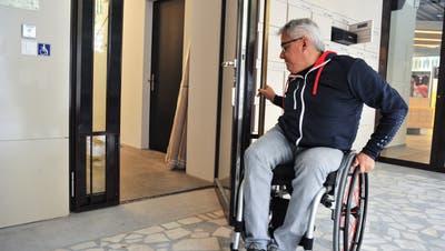 Markus Böni ist auf dem Rückweg in die Tiefgarage. Die schwere Brandschutztür ist nur mit grosser Anstrengung zu öffnen. (Bild: Olaf Kühne)