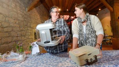Sie räumen das Café um: Carmen Wehner, Praktikantin von der Stiftung Zukunft, und Museumsleiterin Ursula Steinhauser. (Bild: Donato Caspari)