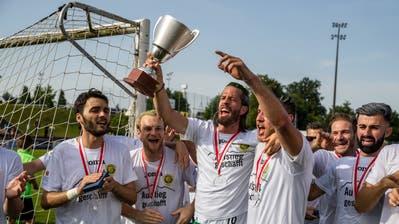 SC Kriens-Mittelfeldspieler Marco Mangold (mit dem Pokal) und seine Teamkollegen feiern nach dem letzten Saisonspiel den Aufstieg in die Challenge League (Bild: Luzerner Zeitung (Emmenbrücke, 26. Mai 2018))
