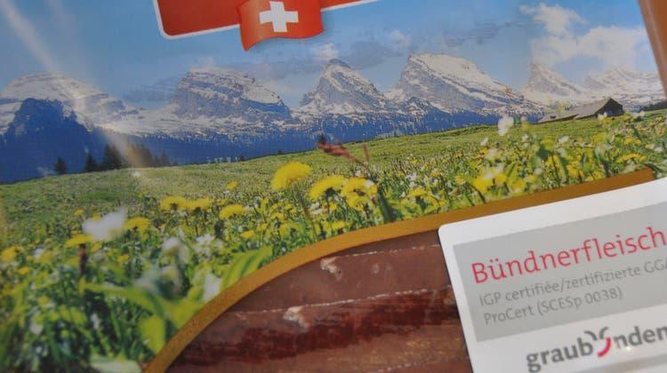 Die Verpackung des Bündnerfleischs zeigt die sieben Churfirsten. (Bild: Sabine Schmid)