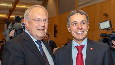 Die Bundesräte Johann Schneider-Ammann (links) und Ignazio Cassis (rechts) an der Delegiertenversammlung der Freisinnig-Demokratischen Partei der Schweiz. (Bild: KEYSTONE/Georgios Kefalas(Pratteln, 29. September 2018))