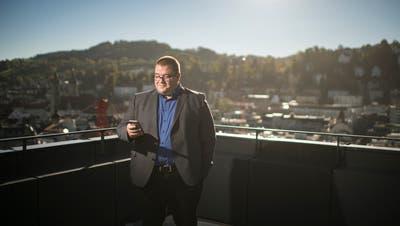 Christian Geiger unterhält sich mit der Beta-Version des künftigen Gehilfen der Stadtverwaltung. (Bild: Benjamin Manser)
