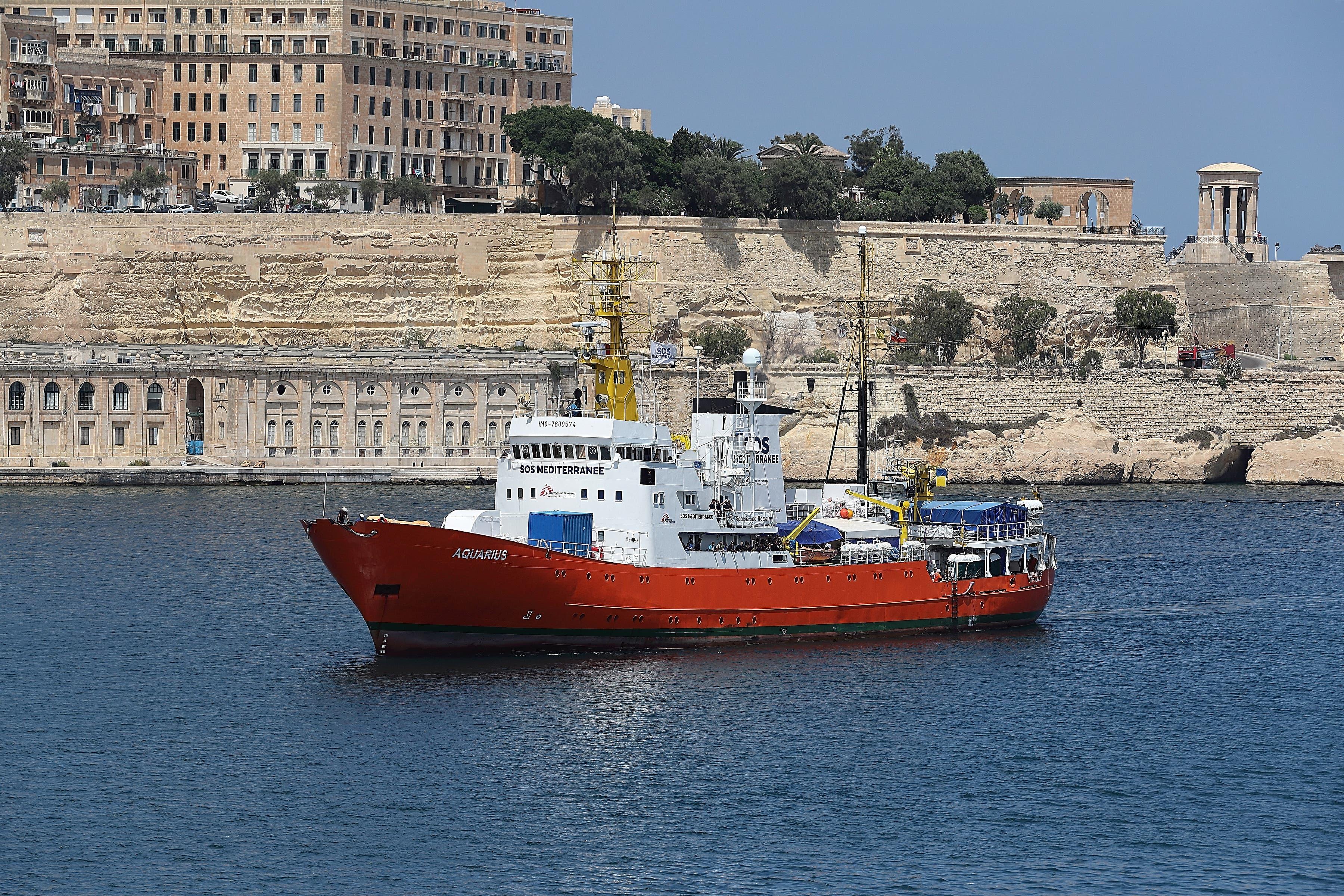 Das Rettungsschiff Aquarius soll unter Schweizer Flagge in See stechen, um Flüchtlinge zu retten. Das fordern über 27 000 Menschen in einer Petition an den Bundesrat und das Parlament. Das Rettungsschiff Aquarius liegt seit letztem Donnerstag im südfranzösischen Marseille und sucht einen neuen Flaggenstaat. Bild: Domenic Aquilina/EPA (Valletta, 15. August 2018)