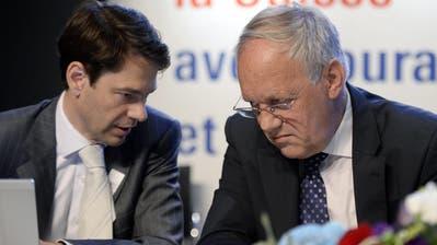 Generalsekretär Stefan Brupbacher, links, und Bundesrat Johann Schneider-Ammann, rechts, an der FDP Delegiertenversammlung in Baden (AG) am Samstag, 4. Mai 2013. (KEYSTONE/Walter Bieri)