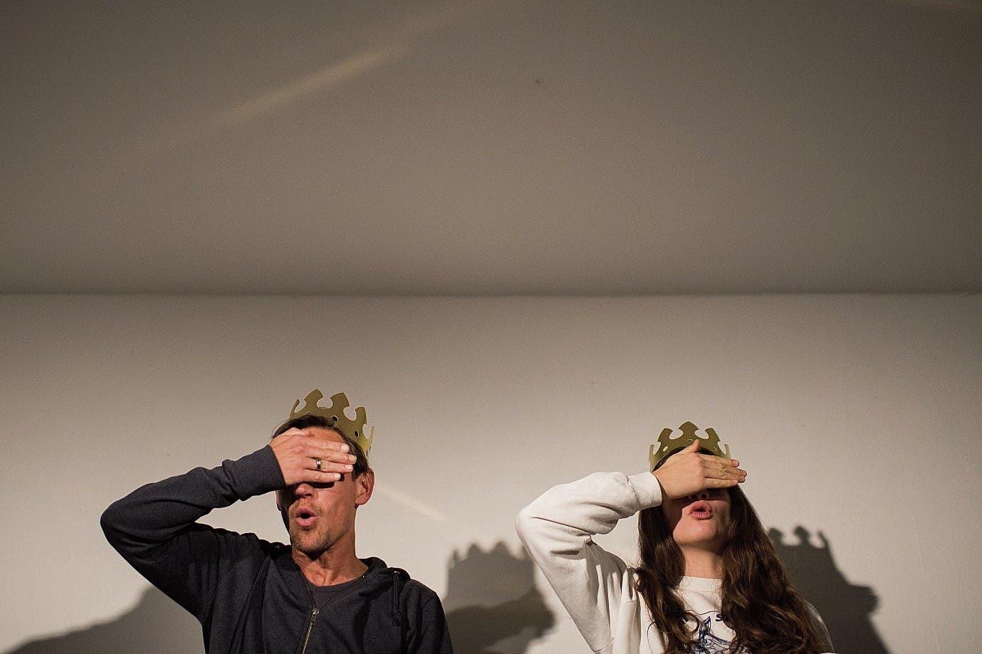 Die Schauspieler proben im Wartesaal, der Laienchor spielt nebenan dieselbe Szene.