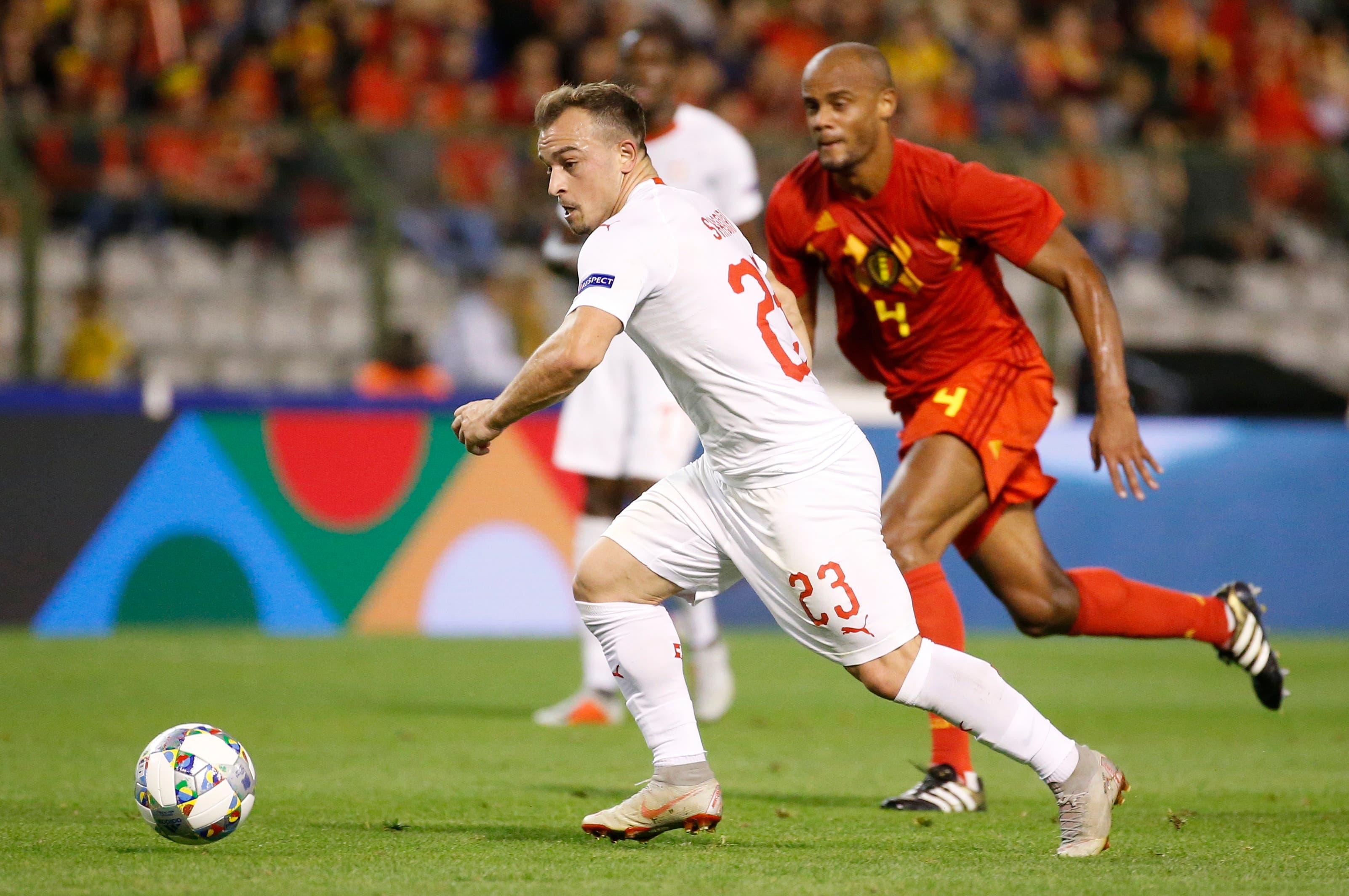 Der Schweizer Xherdan Shaqiri (links) sprintet um den Ball gegen Belgiens Vincent Kompany. (Bild: Julien Warnand/EPA (Brüssel, 12. Oktober 2018))