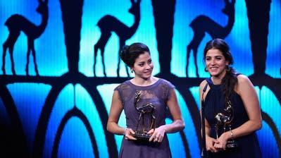 Die Schwestern Yusra and Sarah Mardini (rechts) werden an der Bambi-Verleihung als «Stille Helden» ausgezeichnet. (Bild: Alexander Koerner/Getty (Berlin, 17. November 2016))
