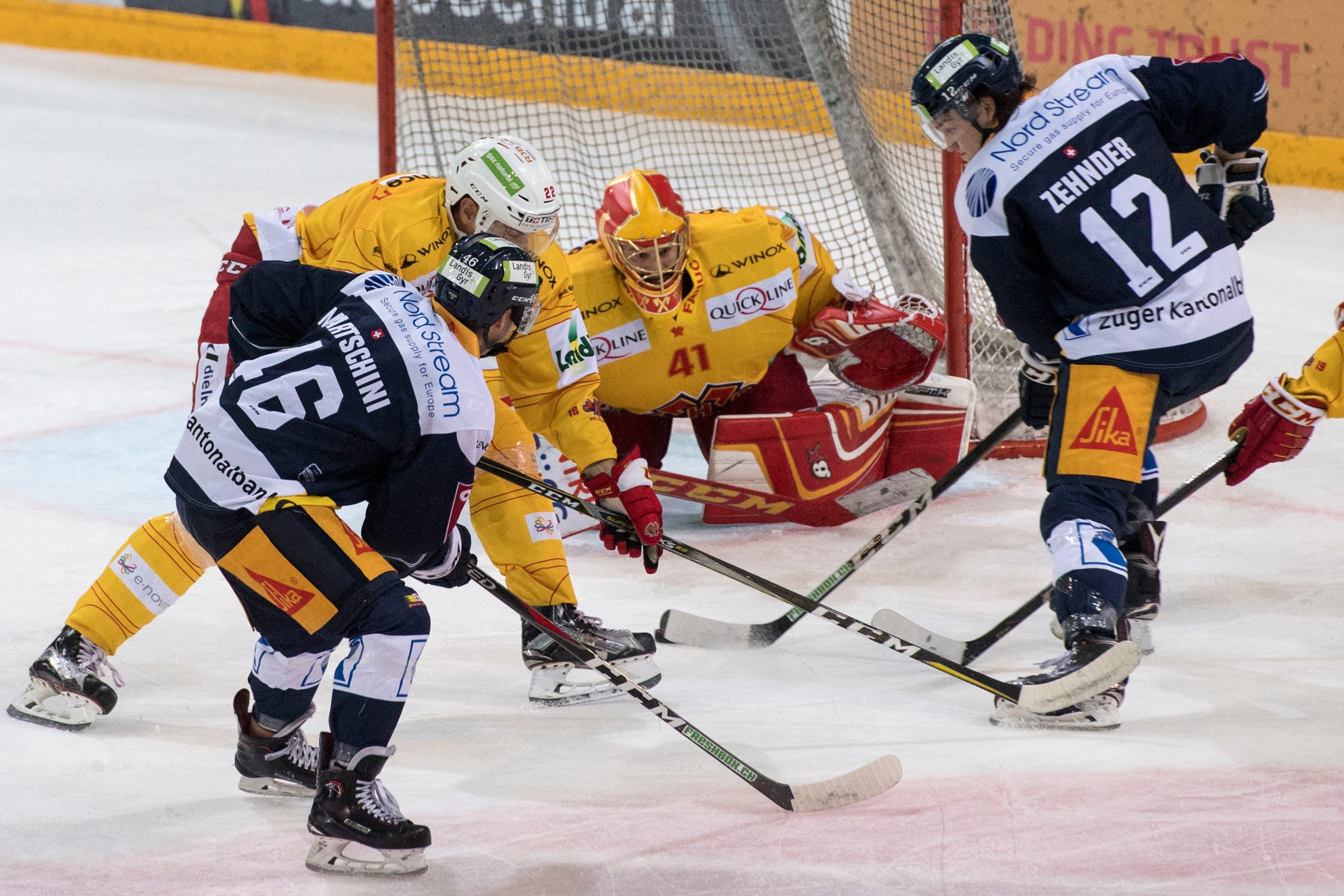 Torhüter Elien Paupe, Mitte, von Biel im Spiel gegen Lino Martschini, links, und Yannick Lammer, rechts, von Zug. (Bild: KEYSTONE/Urs Flueeler (Zug, 13. Oktober 2018))