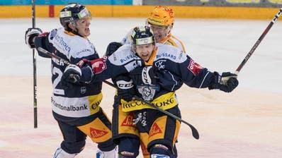 Die Zuger mit Lino Martschini (Mitte) feiern das 4:2 gegen den EHC Biel in der Bossard-Arena. (Bild: KEYSTONE/Urs Flüeler)