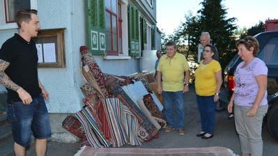 Nach kurzer Diskussion mit einem der Helfer wechselt dieser Teppich für 20 Franken den Besitzer. (Bild: Adi Lippuner)