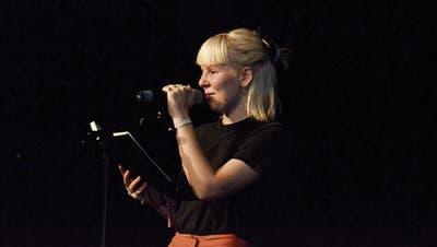 Die Siegerin: Mia Ackermann bei ihrem Auftritt am achten «Poetryslam in Mostindien». (Bild: Bilder: Christoph Heer)