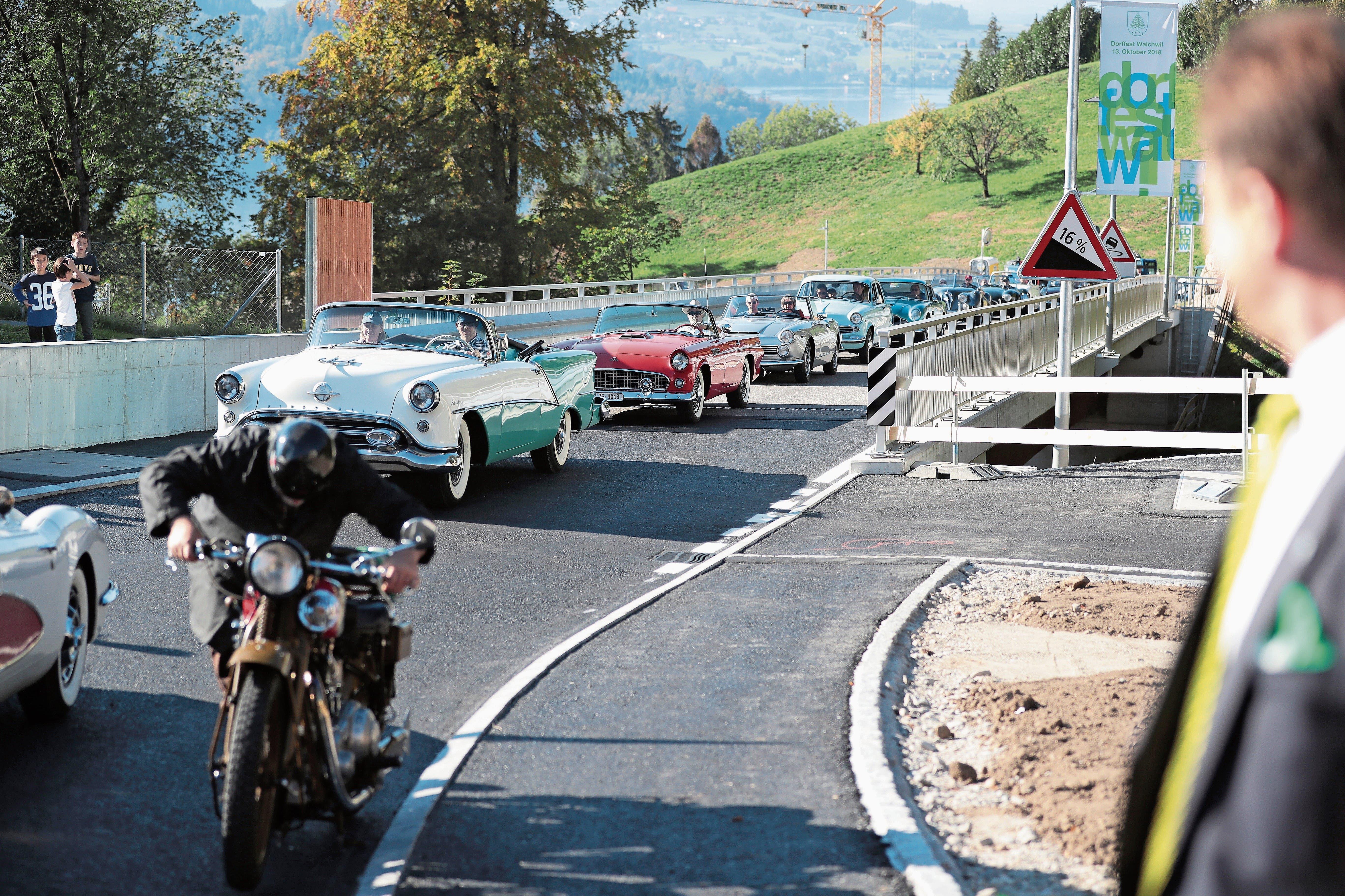 Die Erstbefahrer der Oberdorfstrasse sorgen für einen beabsichtigten Stau. (Bild: Roger Zbinden (Walchwil, 13. Oktober 2018))