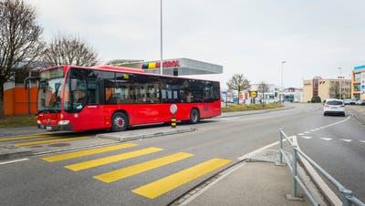 Der Bus fährt auf der Seetalstrasse in Kreuzlingen. Im Abschnitt Reutistrasse-Ziilkreisel soll eine Busspur angelegt werden. (Bild: Andrea Stalder)