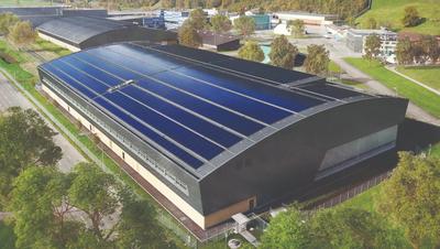 DieIndustriehalle der Pilatus Flugzeugwerke AG in Stans ist nord- und südseitig ganzflächig mit Solarmodulen ausgestattet. (Bild: PD)