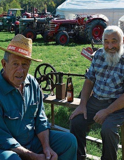 Hans Rohner aus Diepoldsau stellte altes Gerät aus wie etwa den Einachsmäher. Die Oldtimer-Traktoren sind Bestandteil des Lienzer Festes. (Bild: Bilder: Kurt Latzer)