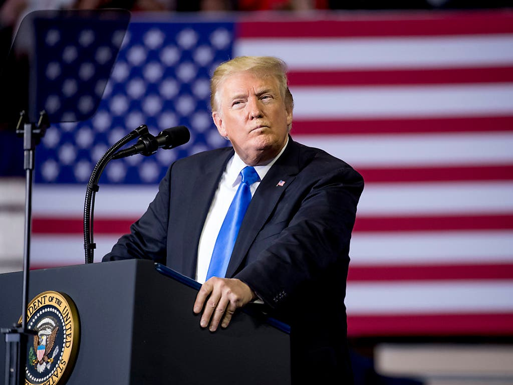 US-Präsident Donald Trump am Samstag bei einem Auftritt vor Anhängern in Richmond, Kentucky. (Bild: KEYSTONE/AP/ANDREW HARNIK)