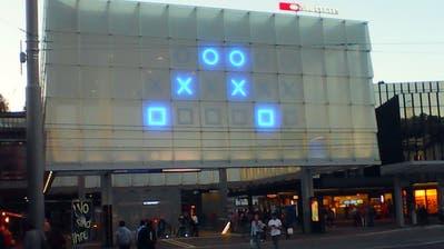 Sonntag, 18.33 Uhr, auf dem Bahnhofplatz. Die binäre Uhr zeigt - in einem wenigstens geometrisch attraktiven Muster - allerdings 12.20 Uhr (und 34 Sekunden) an. (Leserbild: Hermann Bigler - 14. Oktober 2018)