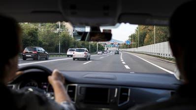 Möglichst viele Mitfahrer pro Auto anstelle von mehr Autos: das ist das Ziel einer Luzerner Fahrgemeinschaftsplattform. (Symbolbild: Alexandra Wey/Keystone)