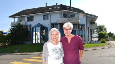 Monica Giezendanner und Katrin Gmünder stehen vor dem Gebäude an der Wuhrstrasse 2, in welchem die Beratungsstelle der Conex Familia untergebracht ist. (Bild: Manuel Nagel)