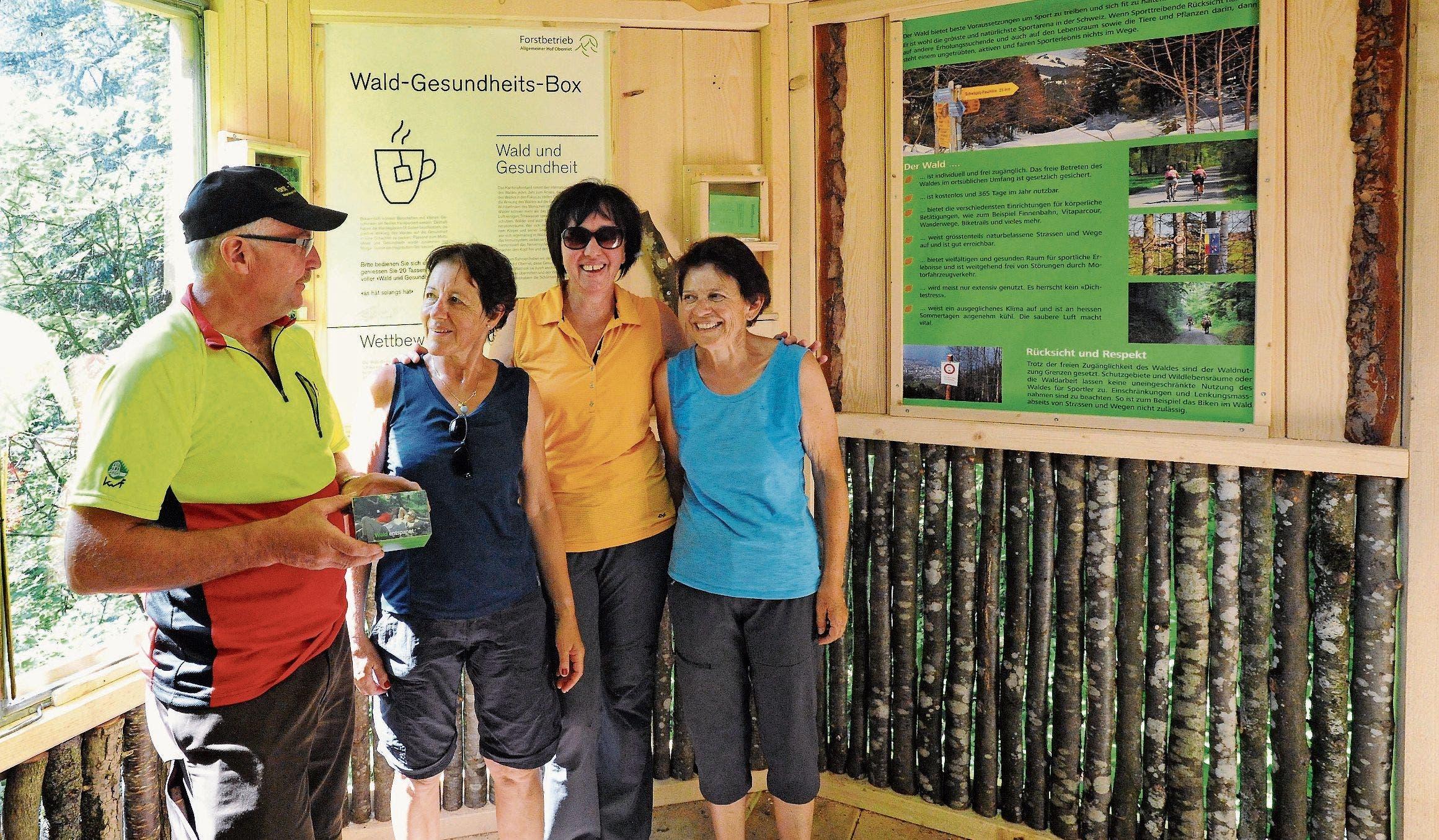 Förster Robert Kobler erklärt drei Wanderinnen, die über den Rheintaler Höhenweg an die Wald-Gesundheitsbox kamen, den vielfältigen Nutzen des Waldes. (Bild: Max Tinner)