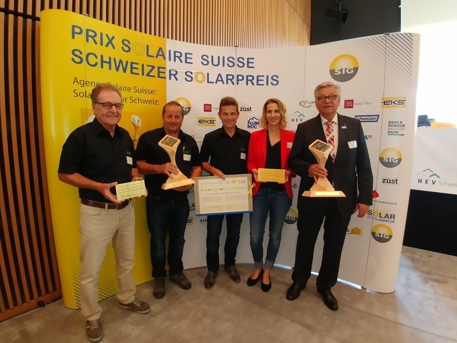 Die Solarpreisträger in der Kategorie Plus-Energie-Bau (von links): Peter Meister (GLB), Peter Wenk (GLB), Rolf Zindel (GLB), Stéphanie Schibli (Heizplan AG) und Peter Schibli (Heizplan AG) von der gemeinsamen Bauherrschaft.