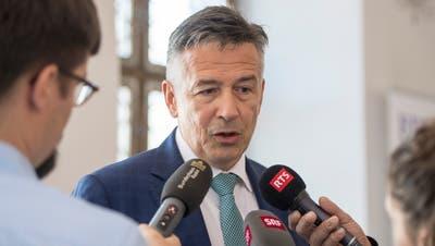 Hans Wicki stellt sich den Fragen der Medien. (Bild: Keystone)