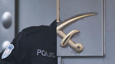 Ein türkischer Polizist betritt das saudische Konsulat in Istanbul. (Bild: Petros Giannakouris/AP (Istanbul, 17. Oktober 2018))