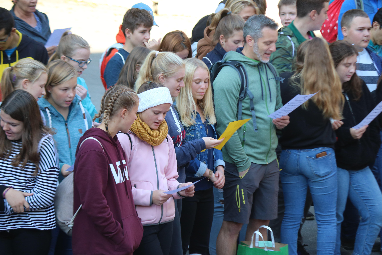 Schüler und Lehrer sangen den Mottosong gemeinsam.