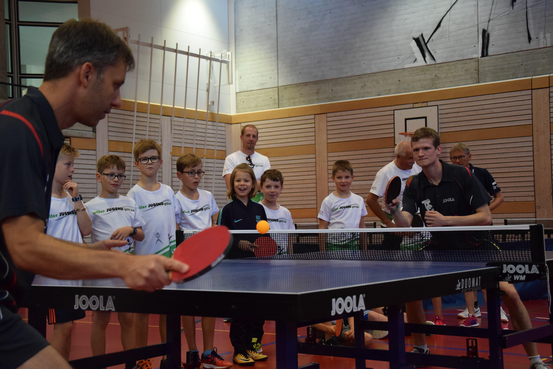 So geht's richtig: Die Kinder aus dem Tischtenniskurs staunen nicht schlecht über die Schlagtechnik der Leiter, notabene Spieler des TTC Wil. (Bilder: Nicola Ryser)