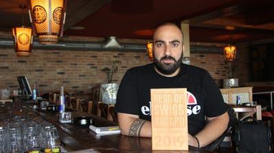 Geschäftsführer Dogan Oezdogan mit der Auszeichnung von «Best of Swiss Gastro». (Bild: Ines Biedenkapp)