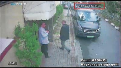 Ein Überwachungsvideo zeigt Jamal Khashoggi beim Betreten des saudischen Konsulats in Istanbul. (EPA, 2. Oktober 2018)