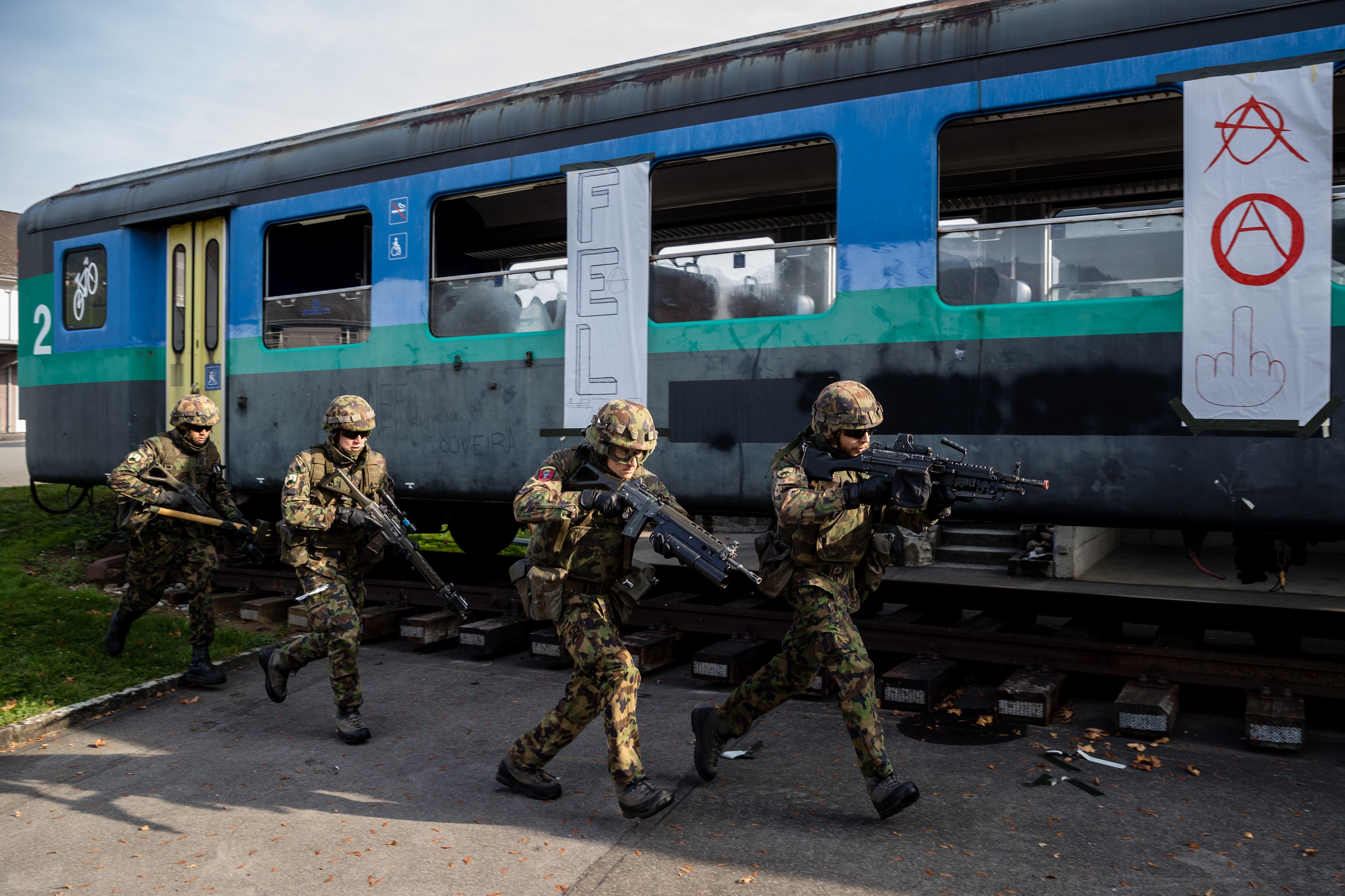 Soldaten stürmen einen Zug  in Sarnen.