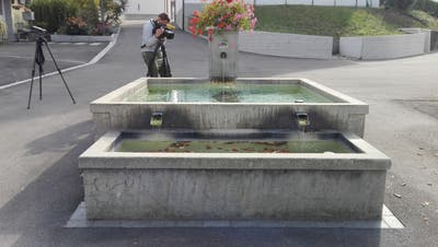 Grosses Medieninteresse am Leichenfund im Brunnen auf dem Aadorfer Kirchplatz.(Bild: Olaf Kühne)