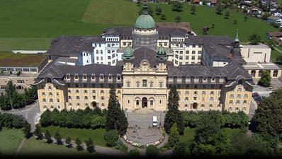 Die Kantonsschule Kollegium Schwyz (oben) und das Theresianum Ingenbohl (unten) prüfen eine Kooperation. (Montage: Bote der Urschweiz)