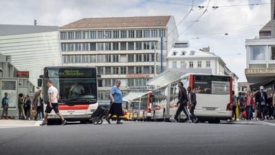 Dieselbusse der Verkehrsbetriebe St.Gallen (VBSG) auf dem Bahnhofplatz. Diese Fahrzeuge sollen bis 2024 durch elektrisch betriebene abgelöst werden. Allerdings nur, wenn das städtische Stimmvolk am 25. November Ja dazu sagt. (Bild: Hanspeter Schiess - 24. Mai 2018)