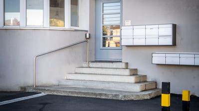 Eingangsbereich zum Haus an der Talackerstrasse 2 in Frauenfeld, in welchem am Dienstagabend eine leblose Frau mit abgetrenntem Kopf aufgefunden wurde. (Bild: Andrea Stalder)