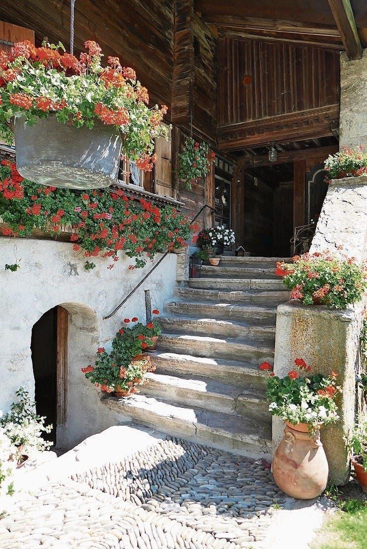 Eingang zum 300-jährigen Chalet de la Place in Rossinière.