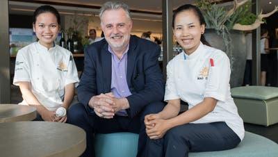 Pierre Tami mit den zwei Kochschülerinnen Hang Usa (links) und Mao Davin (rechts)auf der Terrasse der Hotelfachschule in Luzern. Bild: Boris Bürgisser (20. September 2018).