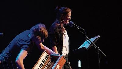 Überzeugten mit ihrem Auftritt am Woerdz: Isa Wiss (Musik) und Martina Clavadetscher (Text). (Bild: PD)