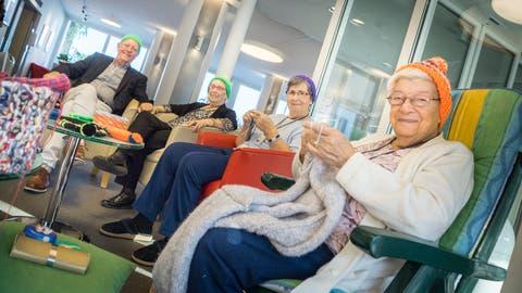 Terz-Stiftung-Präsident René Künzli mit drei Strickerinnen im Wohn- und Pflegezentrum Neutal in Berlingen. (Bild: Andrea Stalder)