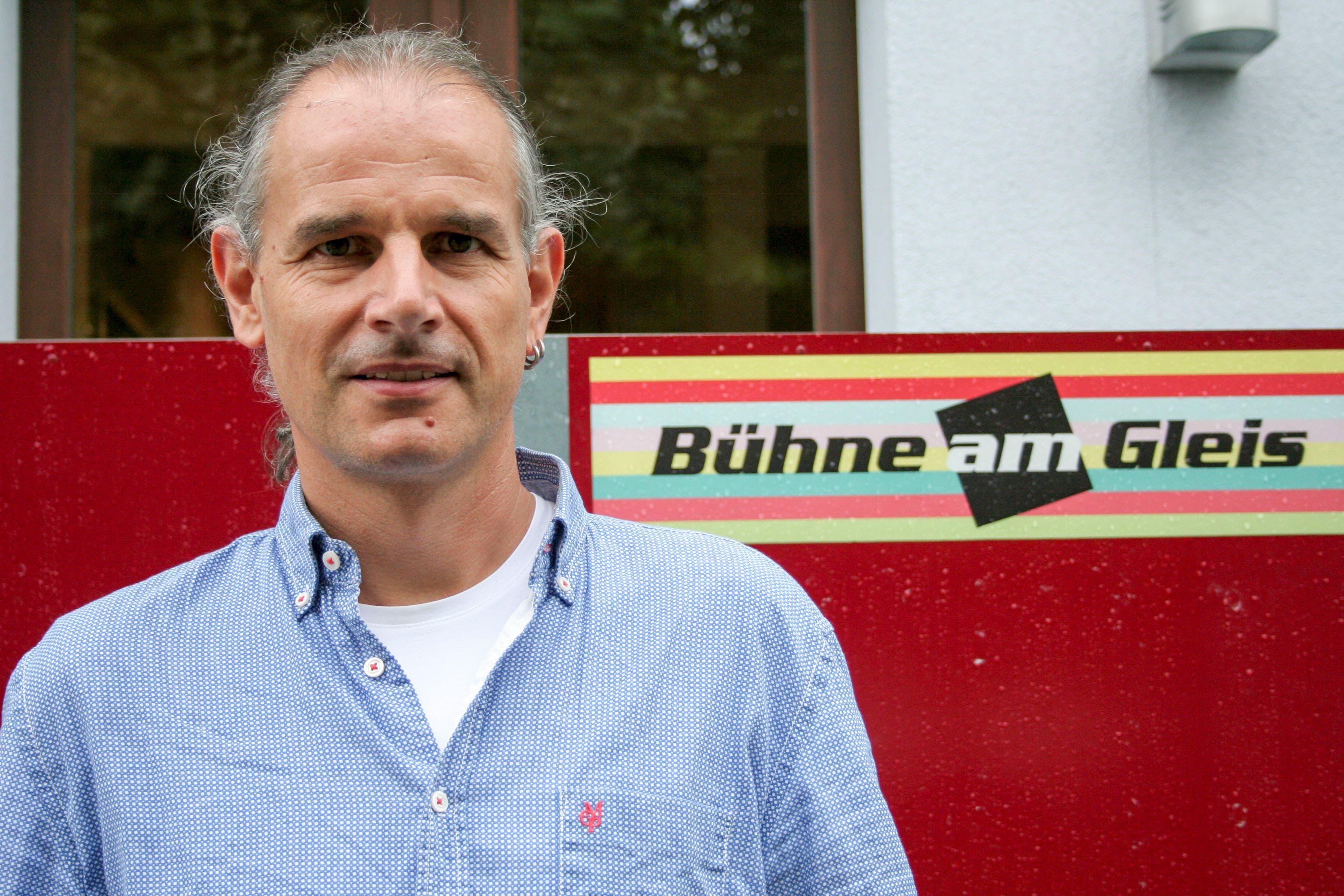 Michael Fischer, amtierender Präsident des Vereins Bühne am Gleis, freut sich über den Anerkennungspreis. (Bild: PD)