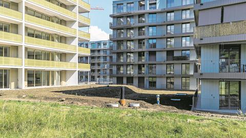 Die Gestaltung des Zwischenraums kommt heute beim Bauen oft zu kurz – nach Meinung des Autors auch hier im Schweighof. Bild: Philipp Schmidli (Kriens, 4. September 2018)