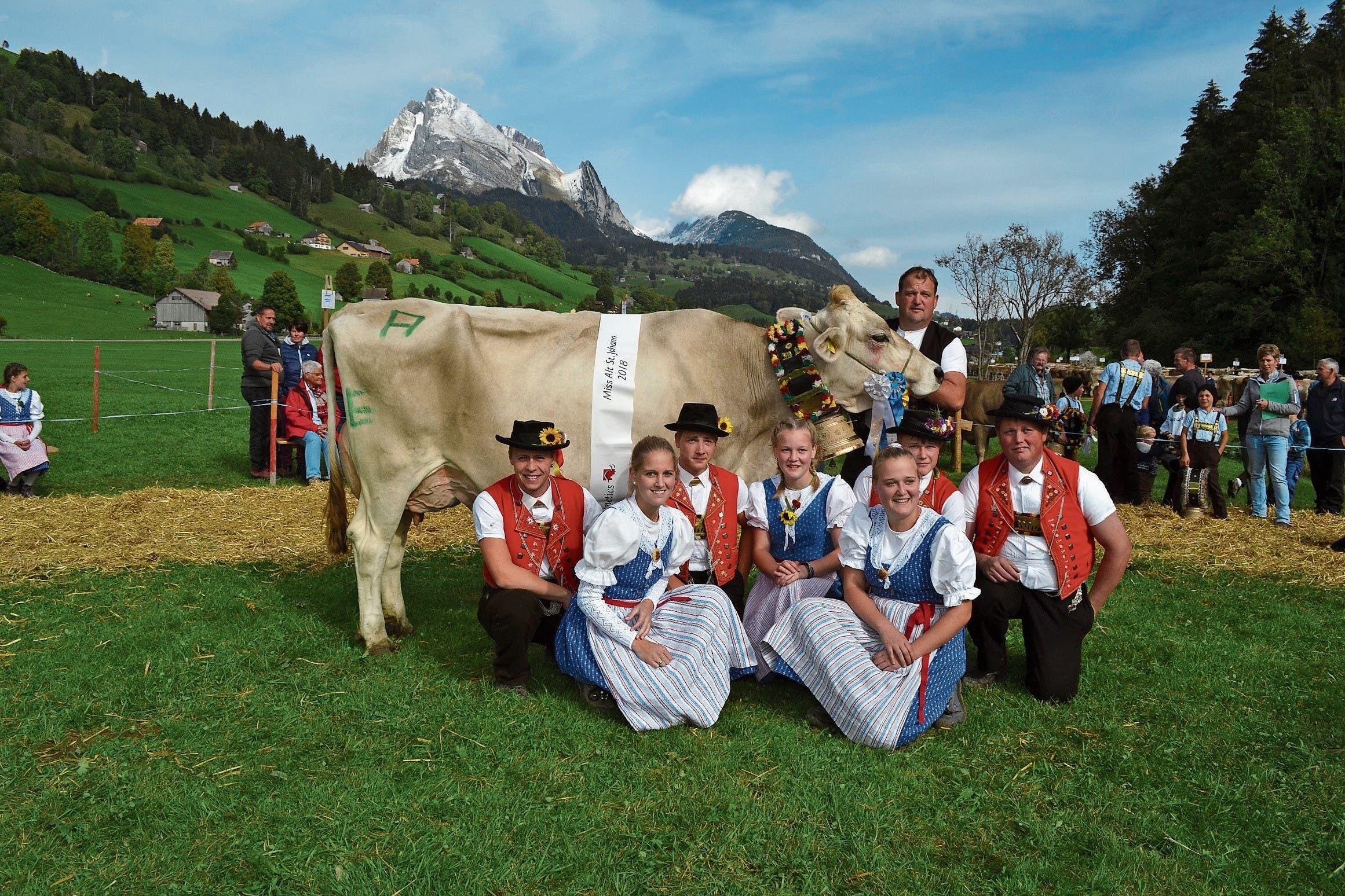 Besitzer Jürg Ammann und seine Familie mit Kuh Leonore, der «Miss Alt St.Johann». (Bild: Bilder: Adi Lippuner)
