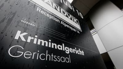 Eingangsbereich des Kriminalgerichts Luzern am Alpenquai, wo sich der mutmassliche Betrüger im Januar verantworten muss. (Bild: Philipp Schmidli)