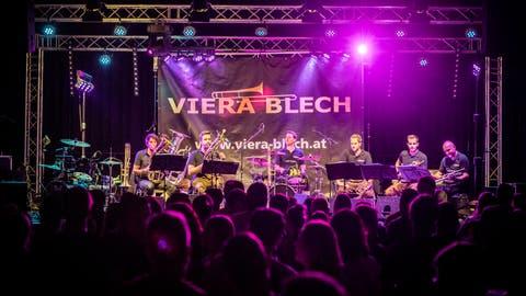 Am Samstagabend ist die Mehrzweckhalle Hohenalber in Bussnang voll. Das Blasmusikfest «Lätz Fätz» zieht viel Besucher an. (Bild: Andrea Stalder.)