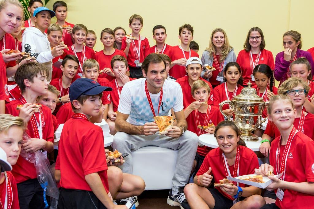 2017 - Roger Federer isst Pizza mit den Balljungen, nachdem er den Final gegen der Argentinier Juan Martin Del Potro gewonnen hat. (KEYSTONE/Alexandra Wey)