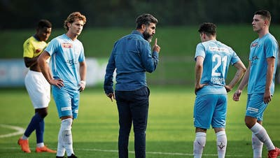 Der Zuger Trainer Ergün Dogru (Mitte) nimmt die Spieler (rechts: Lukas Bulut) ins Gebet. (Bild: Stefan Kaiser (Zug, 20. Oktober 2018))