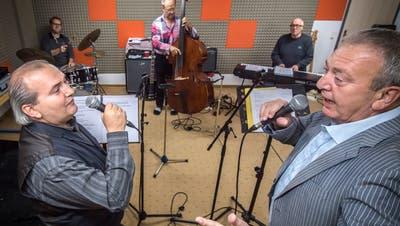 Im Proberaum: Thomas Götz und Marco Sacchetti im Vordergrund, hinten die Wallbanger Jazzgroup. (Bild: Reto Martin, 23.Oktober 2016)