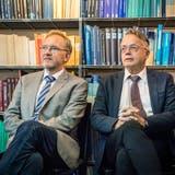 Klinikdirektor Martin Costa und Anwalt Andreas Hebeisen erklären in Kreuzlingen die Sicht des Herz-Neuro-Zentrums. (Bild: Andrea Stalder)